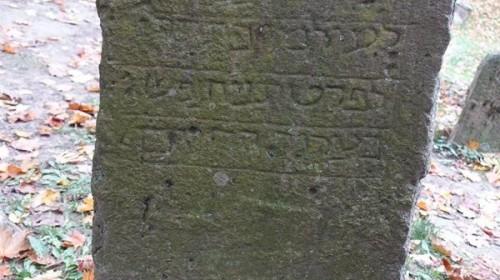 Der älteste Grabstein auf dem Friedhof