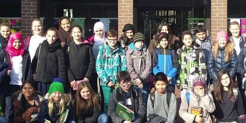 """""""Die Ausweise, bitte!"""" – Klasse 6a besucht die Stadtbücherei in Rüsselsheim"""
