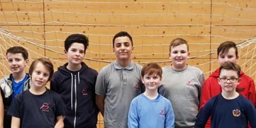 Handballer des Neuen Gymnasiums Rüsselsheim auf dem Sieger-Podest im Regionalentscheid