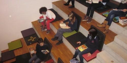 Schöner Lesen -  Opel Azubis nähen Sitzkissen für die NG Bücherei