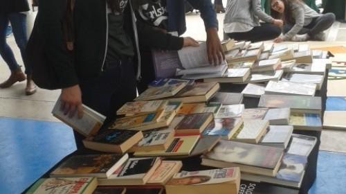 Beim Bücherbasar der Schule in Albal