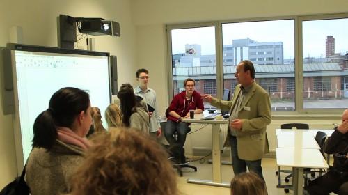 Dr. Kohrs erklärt das Smartboard